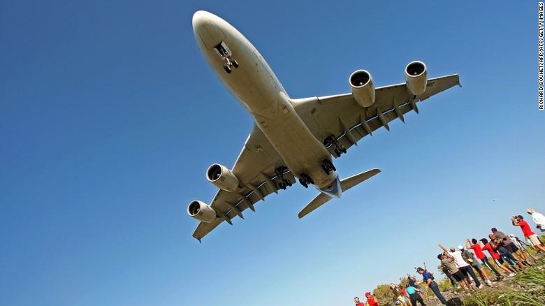 Los habitantes de la Isla de la Reunión se despiden de un avión de Air France.