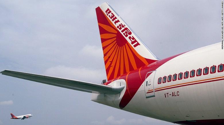 La ruta más larga en términos de distancia es la que cubre Delhi (India) con San Francisco (Estados Unidos). La hace la aerolínea Air India a lo largo de 15.140 kilómetros (9.408 millas).