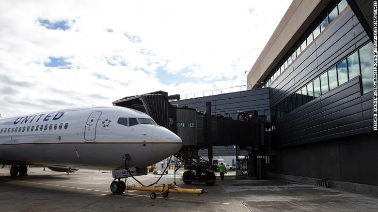 El vuelo 154 de United Airlines es la ruta trans-Pacífica más larga del mundo. Conecta a Honolulú (Estados Unidos) con Guam (también Estados Unidos), pero antes se detiene en Majuro y Kwajalein (ambas en las Islas Marshall) y en Pohnpei y Chuuk (Micronesia). Tarda más de 14 horas en hacer el recorrido.