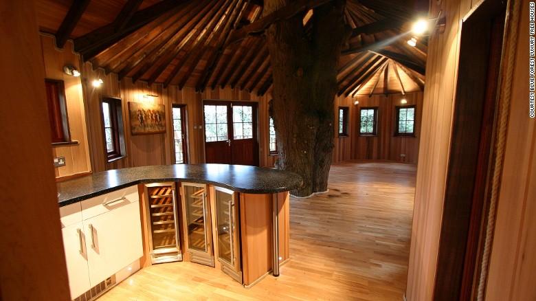 Así puede ser el interior de una casa en un árbol, una forma de vida más sostenible, que nos conecta con la naturaleza y nos permite cuidar mejor el entorno que nos rodea.