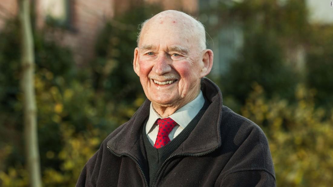 Joe Bartley, de 89 años, busca trabajo.