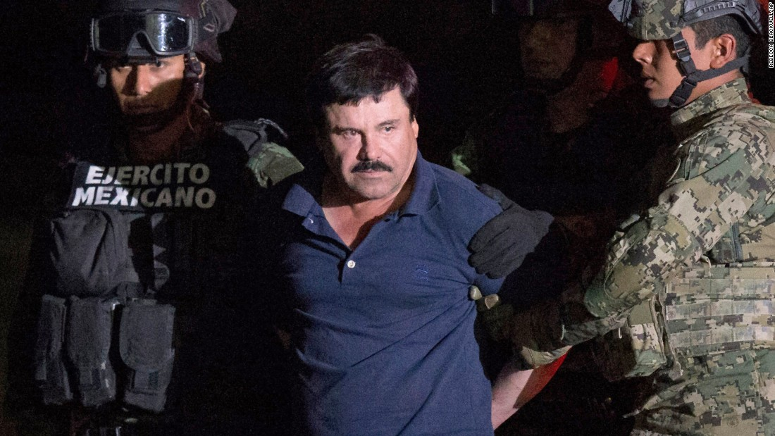 Enero 8: el narco Joaquín 'El Chapo' Guzmán es escoltado por soldados en un hangar militar en Ciudad de México. Miembros de la Naval mexicana capturaron a Guzmán en Los Mochis.