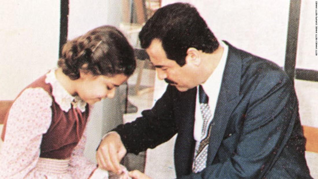 Se desconoce la fecha en que fue tomada esta foto que muestra a Saddam Hussein ayudándole a su hija, Raghad, cerca de Bagdad (Iraq).