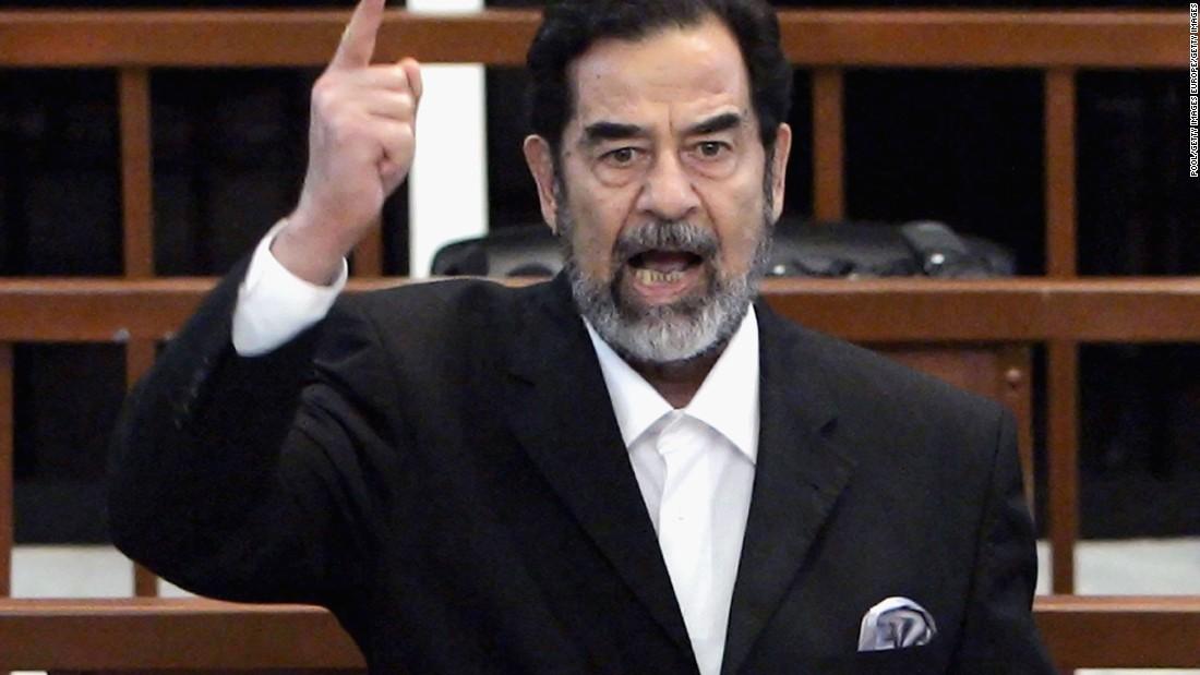 El expresidente iraquí Saddam Hussein en el momento en que recibe el veredicto que lo declara culpable, durante su juicio en la fortificada 'zona verde', el 5 de noviembre del 2006 en Bagdad (Iraq).
