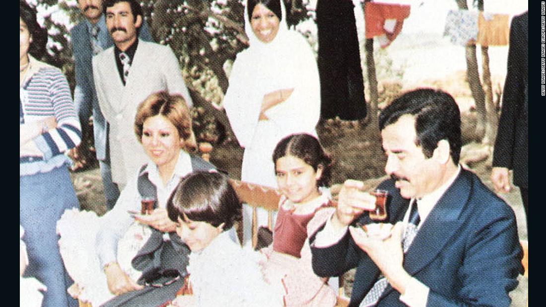 En esta foto sin fecha aparecen Saddam Hussein, sus hijas Raghad y Rana y su primer esposa, Sajida, durante una visita con amigos de la familia en las afueras de Bagdad.