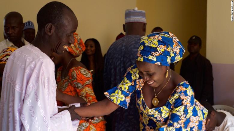 Un padre saluda a su hija en el tan esperado reencuentro en Chibok.