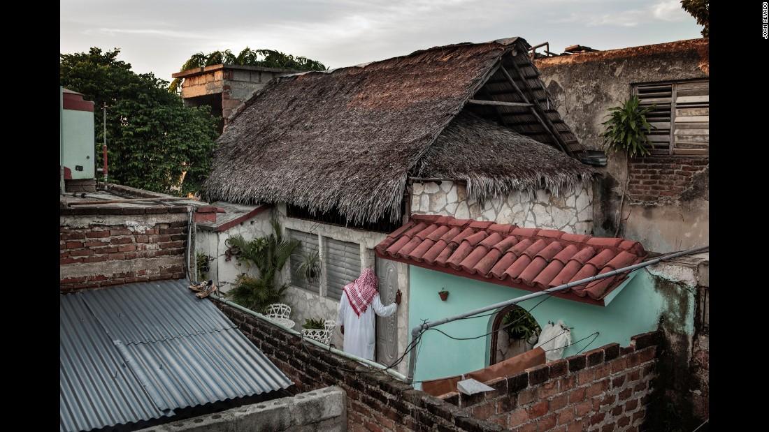 Un musulmán entra en la llamada mezquita de Camagüey. Es un lugar muy humilde de oración que fue construido en 2001 con las técnicas arquitectónicas tradicionales cubanas: el techo está cubierto con hojas de palma para proteger el interior del calor.