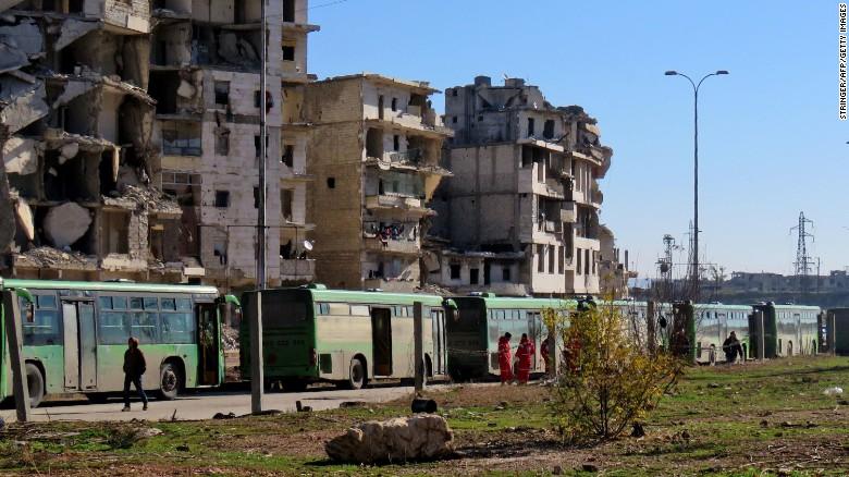 Buses usados para evacuar a las personas de las zonas controladas por los rebeldes en Aleppo, este martes.