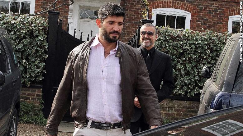 George Michael (derecho) y Fadi Fawaz afuera de su casa en Londres durante 2012.