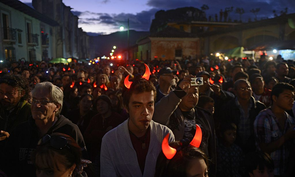Miles de guatemaltecos se reúnen a ver la quema de la figura principal (Crédito:  Johan Ordóñez/AFP/Getty Images)