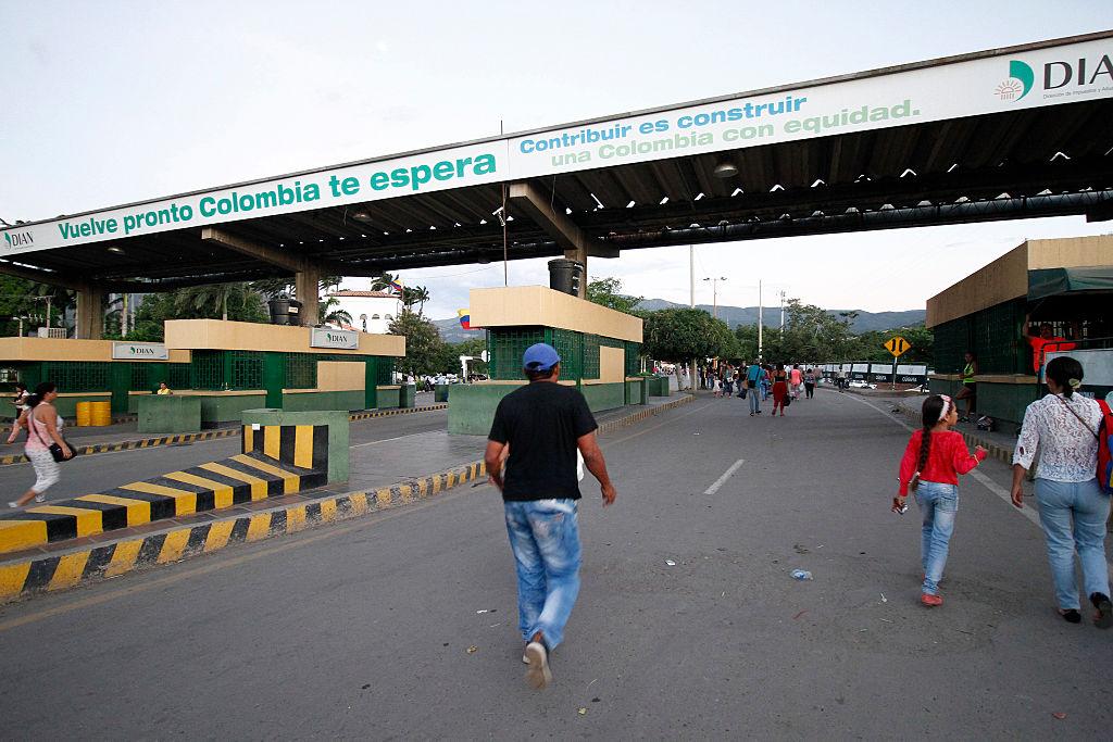 En agosto de 2015 Maduro cerró la frontera para combatir el contrabando proveniente de Colombia. Largas filas acompañaron la reapertura de la frontera colombo-venezolana en cinco puntos, tras casi un año de cierre. La frontera fue reabierta el 13 de agosto de 2016. (Crédito: SCHNEYDER MENDOZA/AFP/Getty Images)