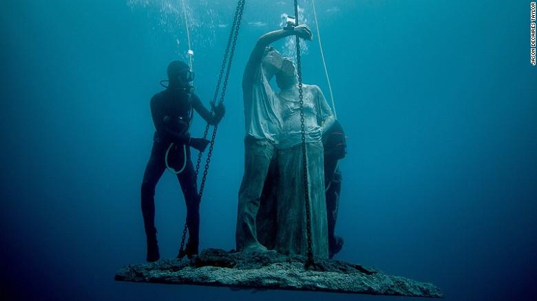 Una escultura que muestra a una pareja tomándose una selfie es bajada al océano.