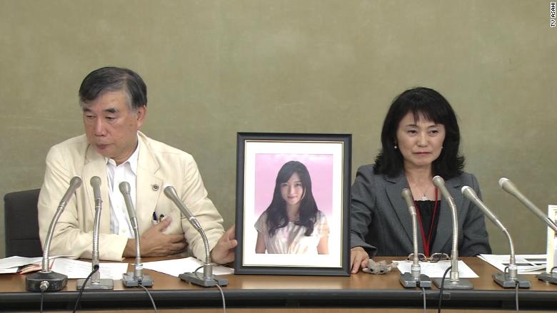 Los padres de Matsuri Takahashi, cuyo suicidio fue atribuido a la sobrecarga de trabajo, hablan durante una conferencia de prensa en octubre.