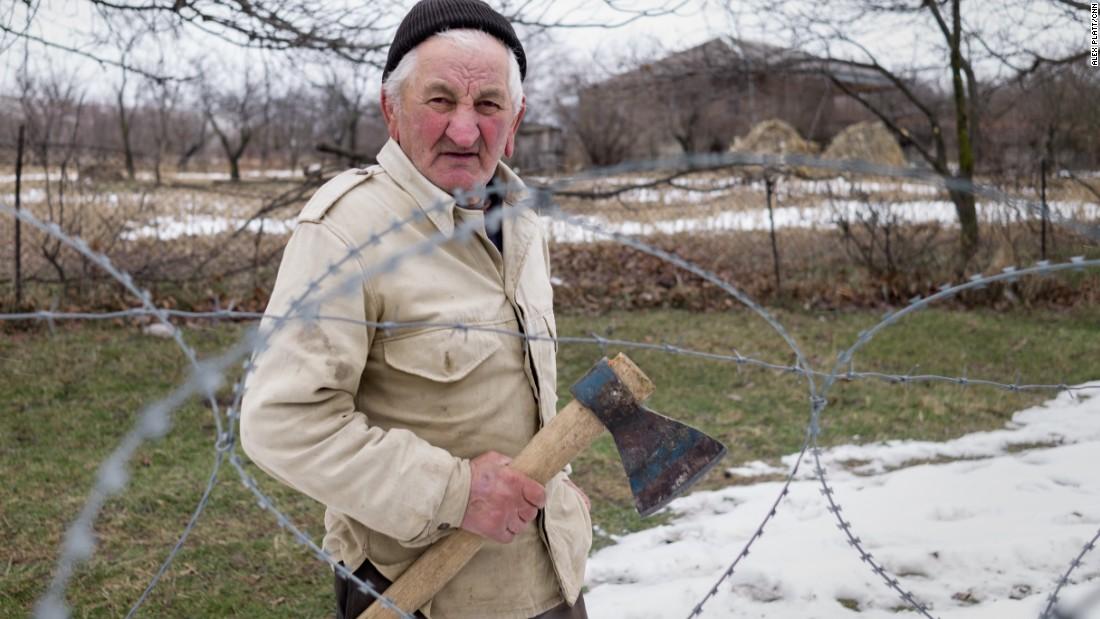 """Dato Vanishvili, su esposa y nieto viven en lo que Georgia llama la """"línea de ocupación"""" entre ese país y Osetia del Sur."""