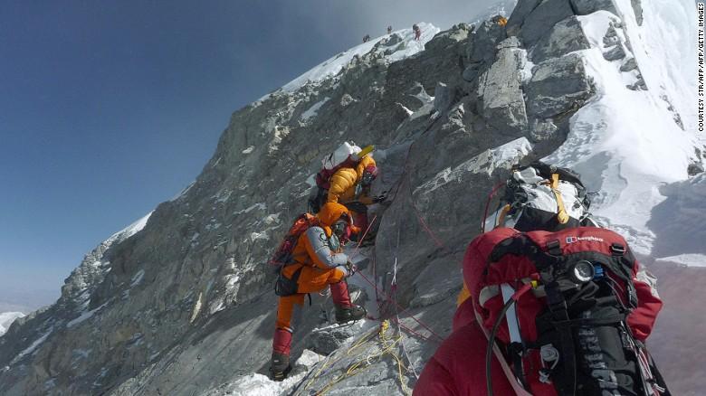 Los montañeses se dirigen a la cumbre del Everest. La altura de la montaña más alta del mundo puede haber cambiado.
