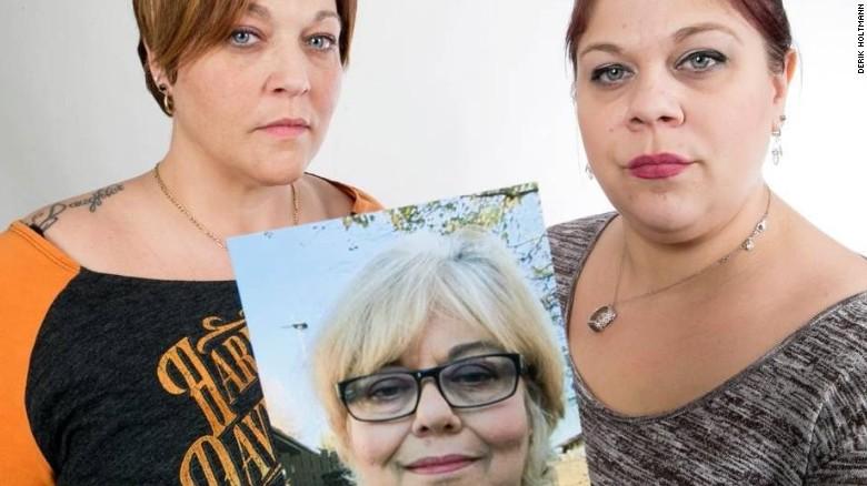 Ashli Sparks y Sara Fields sostienen una foto de su madre, Robin Porch.