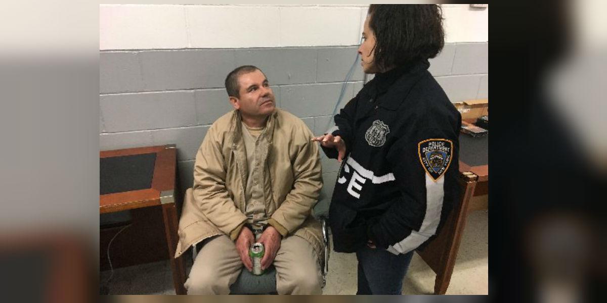 """""""El Chapo"""" con un oficial de la Policía de Nueva York. (Crédito: Shimon Prokupecz/CNN)"""