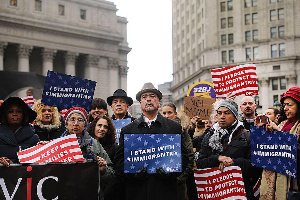 Musulmanes locales y activistas a favor de la inmigración en Nueva York protestan el viernes 27 de enero contra las políticas migratorias del gobierno de Donald Trump. (Photo by Spencer Platt/Getty Images)