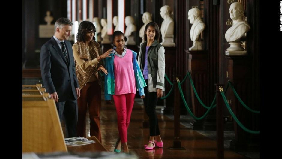 La primera dama y sus hijas fueron acompañadas por Patrick Prenderas, rector y presidente del Trinity College de Dublín, durante su visita a Irlanda en junio de 2013.