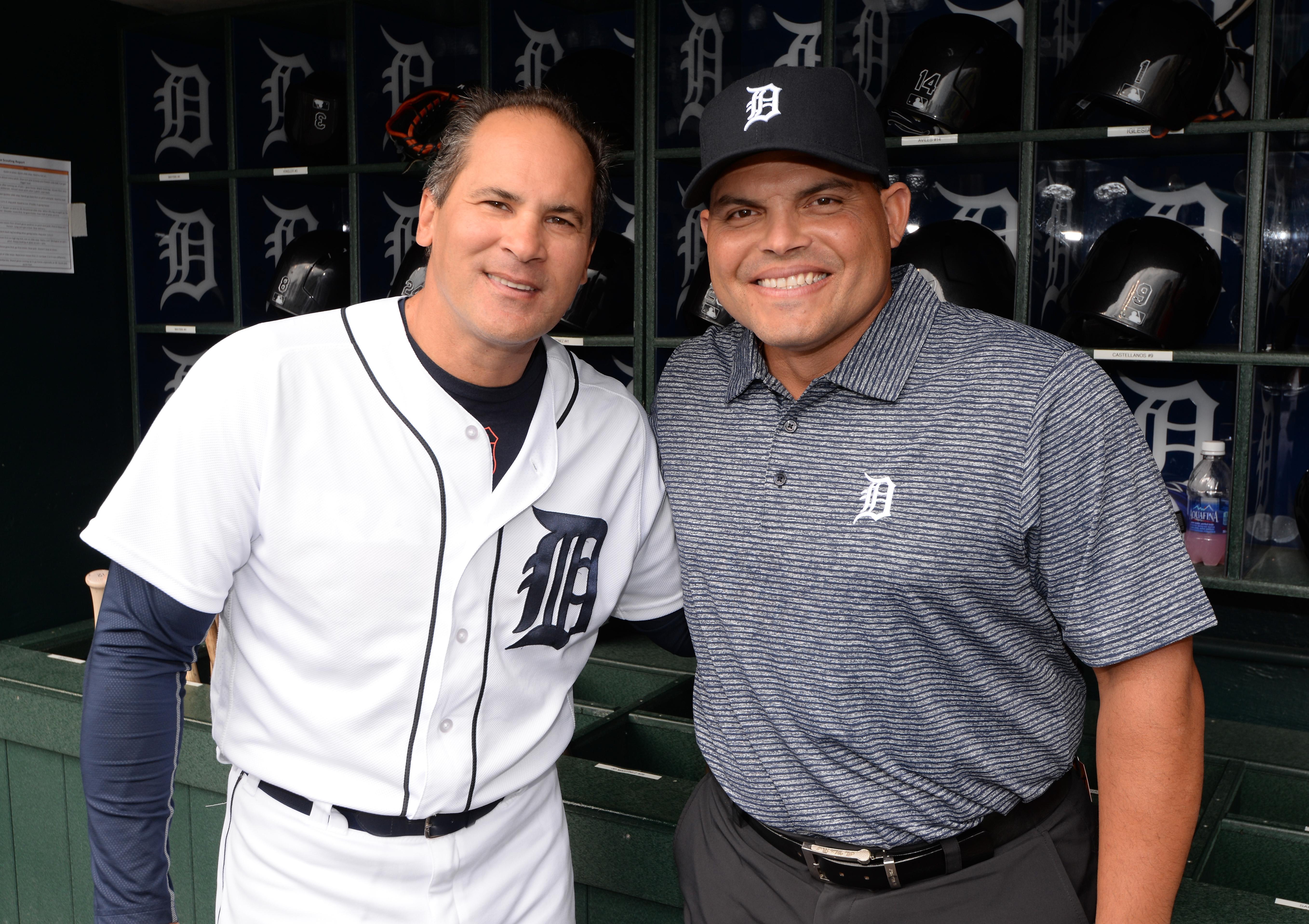 Iván Rodriguez posa junto al entrenador de los Tigers, Omar Vizquel (i), el 7 de mayo del 2016. (Crédito: Mark Cunningham/MLB Photos via Getty Images)