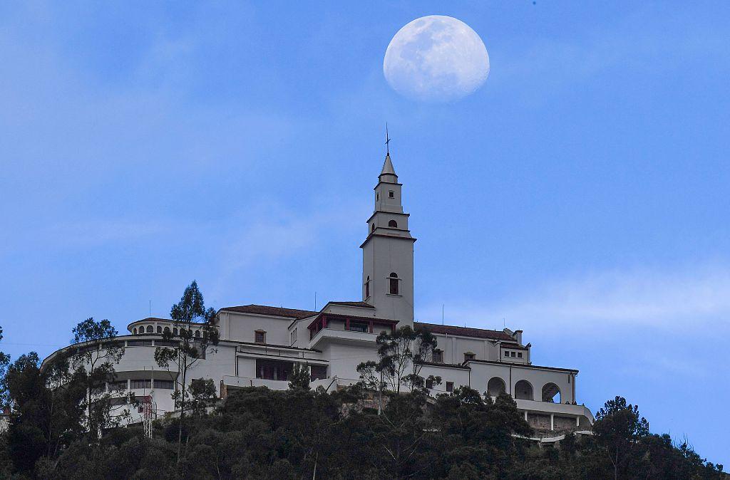 La luna acompaña a Monserrate, nombre de una iglesia y una montaña desde la que se tiene una vista panorámica de toda Bogotá.