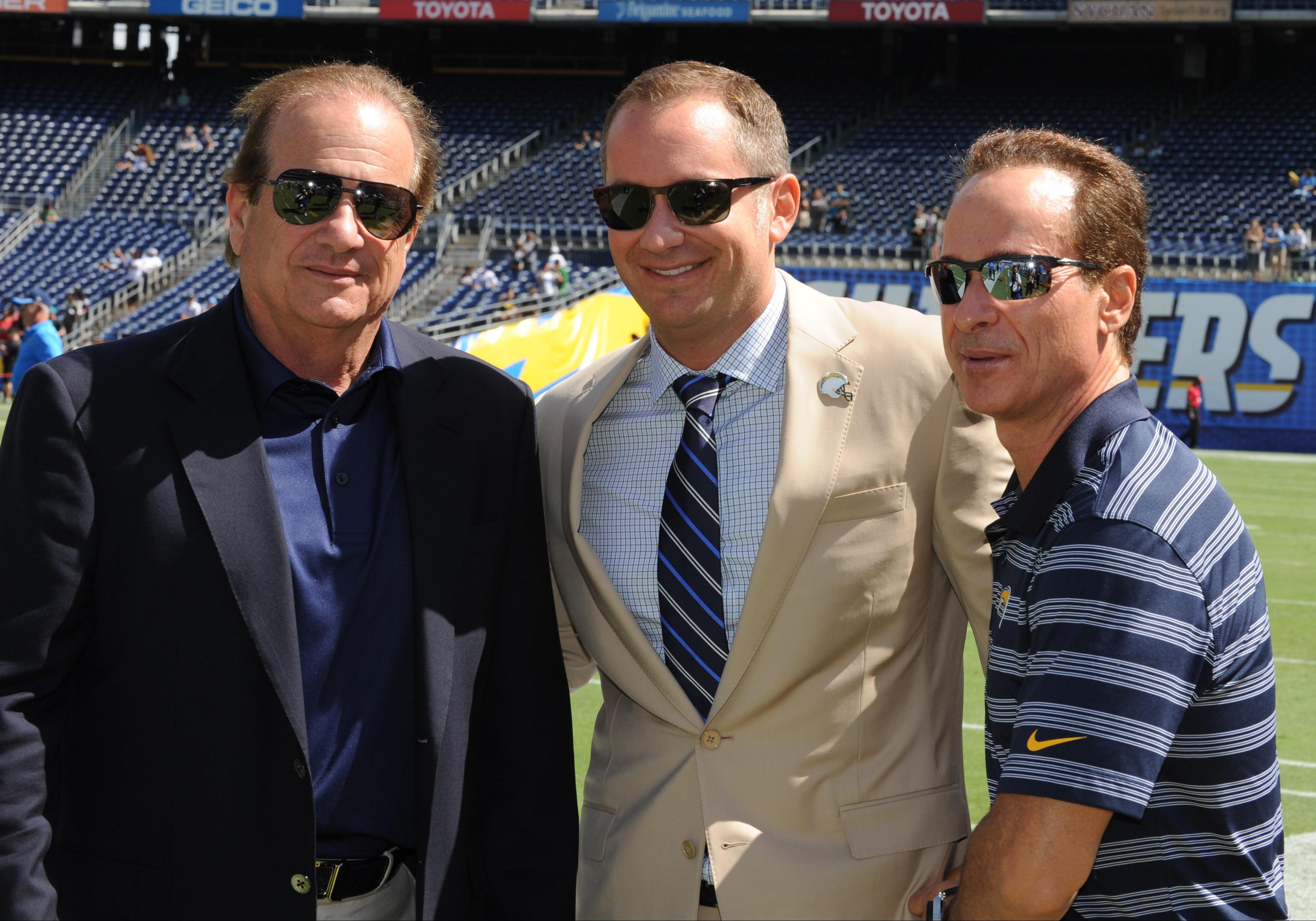 Dean, Michael y A.G. Spanos luego de un partido de la NFL entre los Chargers de San Diego y los Jaguars de Jacksonville en el estadio Qualcomm. (Crédito: Tom Walko/Icon Sportswire/Corbis via Getty Images)