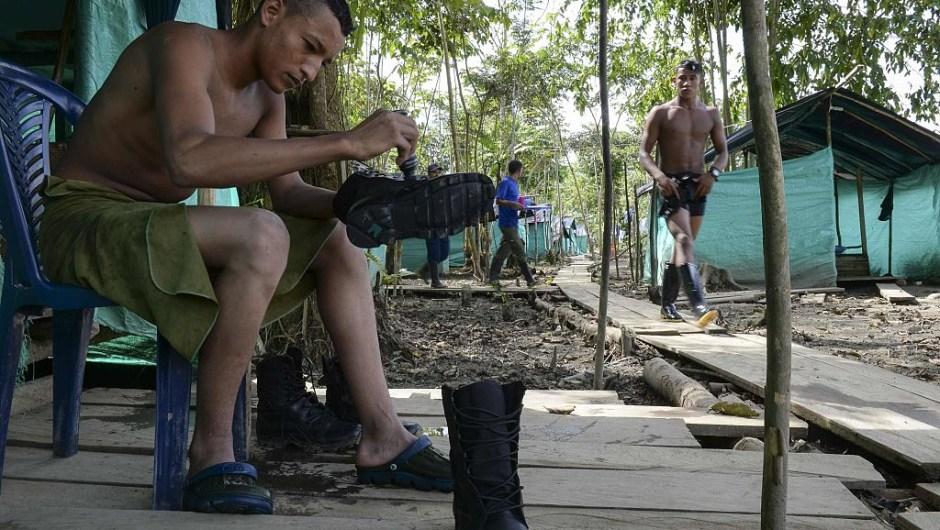 Un guerrillero lustra sus botas preparándose para la fiesta de Año Nuevo en el campamento. Esta celebración podría ser la última que la guerrilla pase armada. (RAUL ARBOLEDA/AFP/Getty Images)