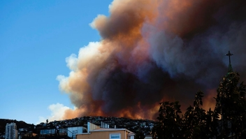 TOPSHOT - Smoke billows from a forest near Valparaiso, in Chile, on January 02, 2017 as the fire threatens to reach the city's port, authorities have declared a red alert in the area. / AFP / Daniel RETAMAL / (Photo credit should read DANIEL RETAMAL/AFP/Getty Images)