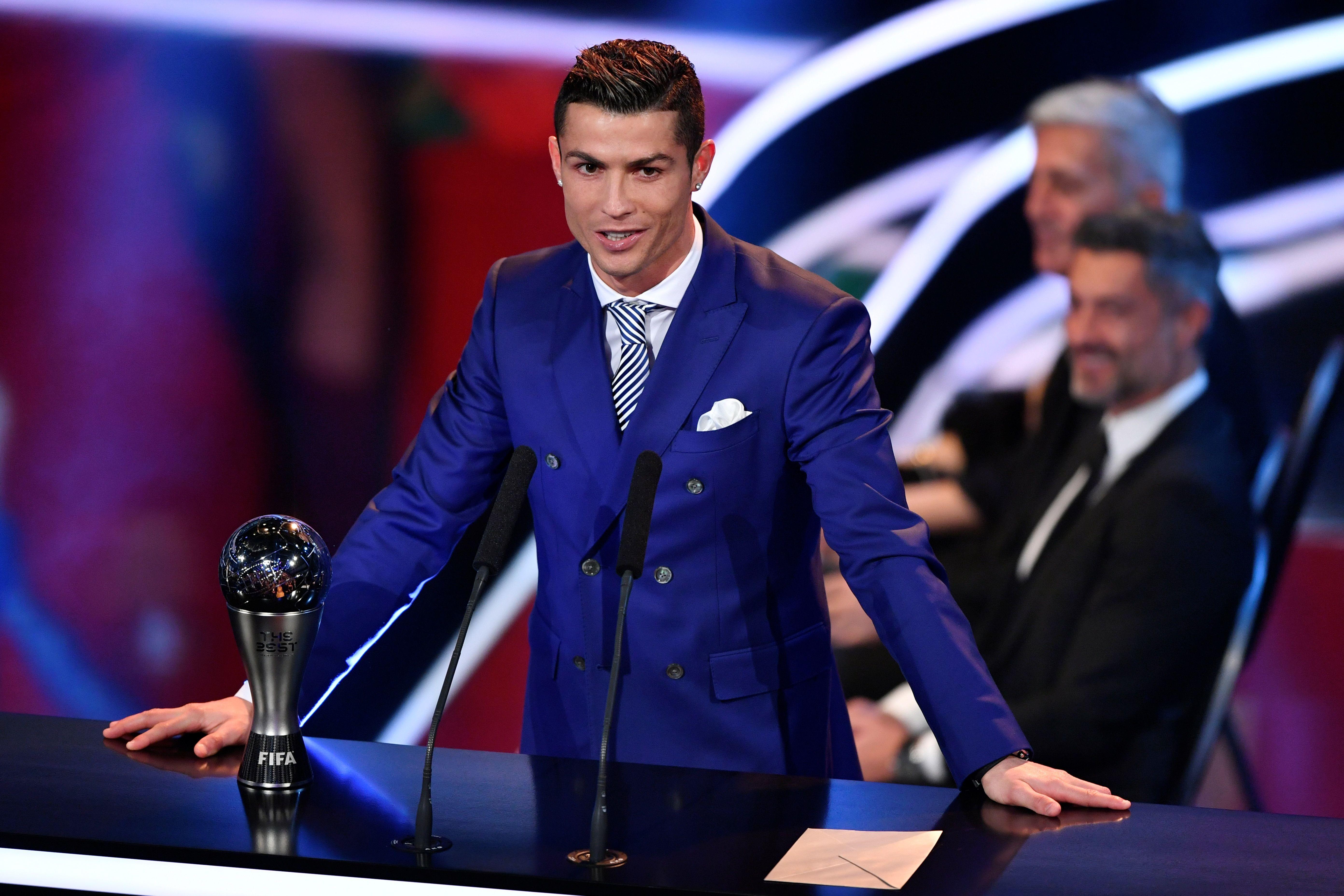 El portugués Cristiano Ronaldo al aceptar el premio al Mejor Jugador del año de la FIFA durante una ceremonia en Zurich (Suiza). (Crédito: FABRICE COFFRINI/AFP/Getty Images)