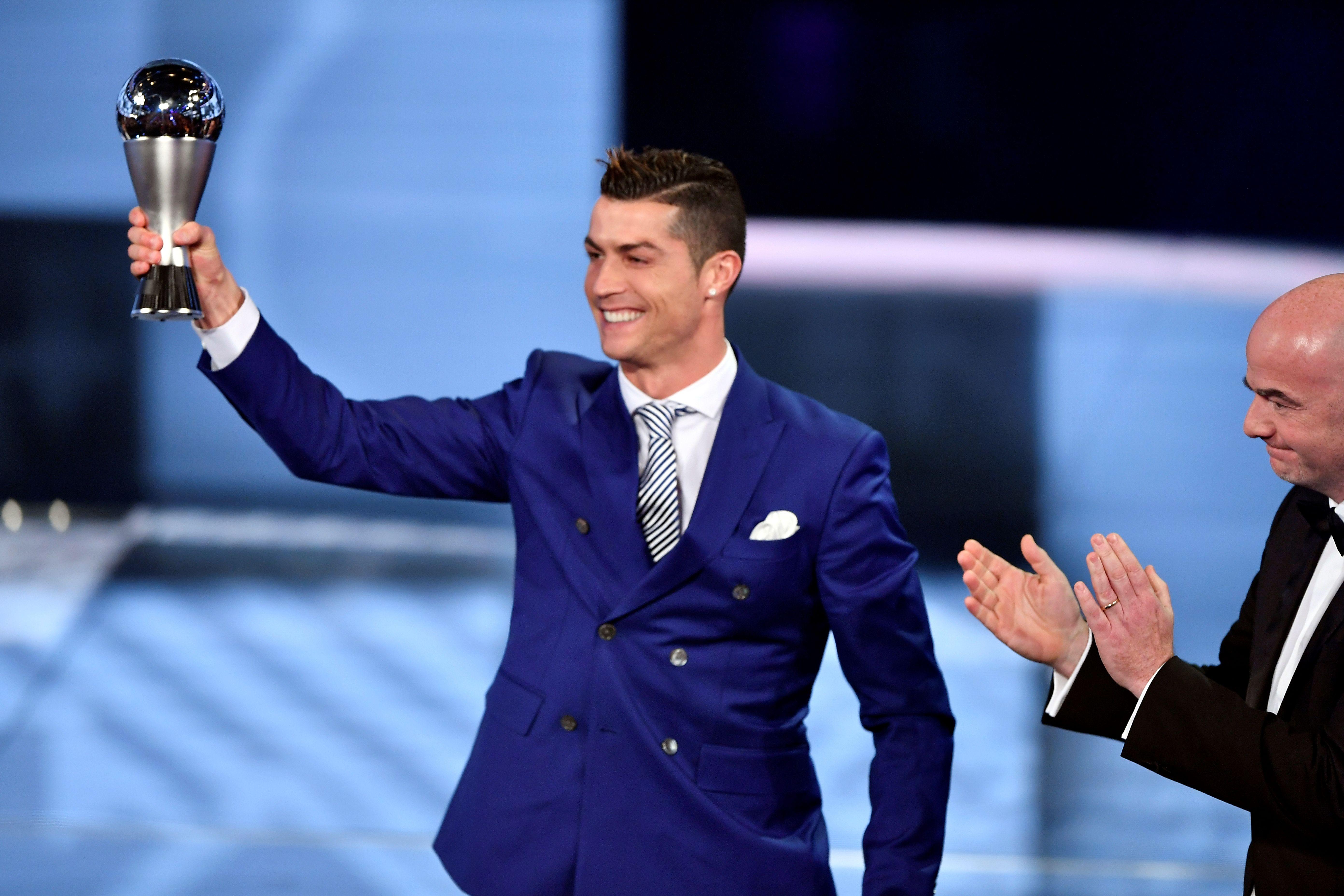 Cristiano Ronaldo muestra su trofeo como Mejor Jugador del Año de la FIFA. (Crédito: FABRICE COFFRINI/AFP/Getty Images)
