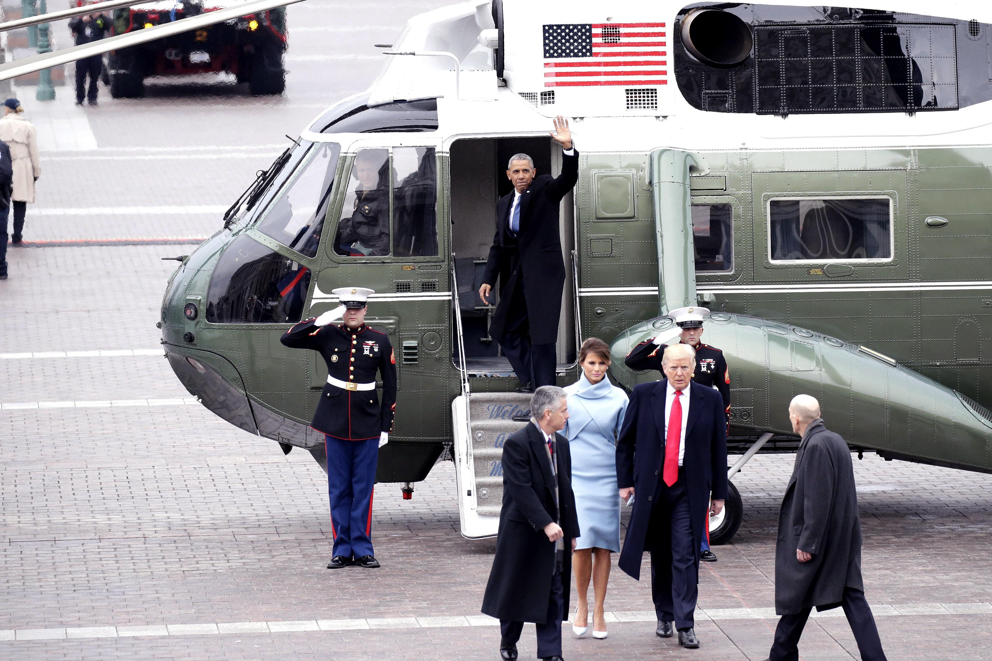 Obama y su esposa se despiden después de la ceremonia de posesión de Donald Trump. (Crédito: John Angelillo-Pool/Getty Images)