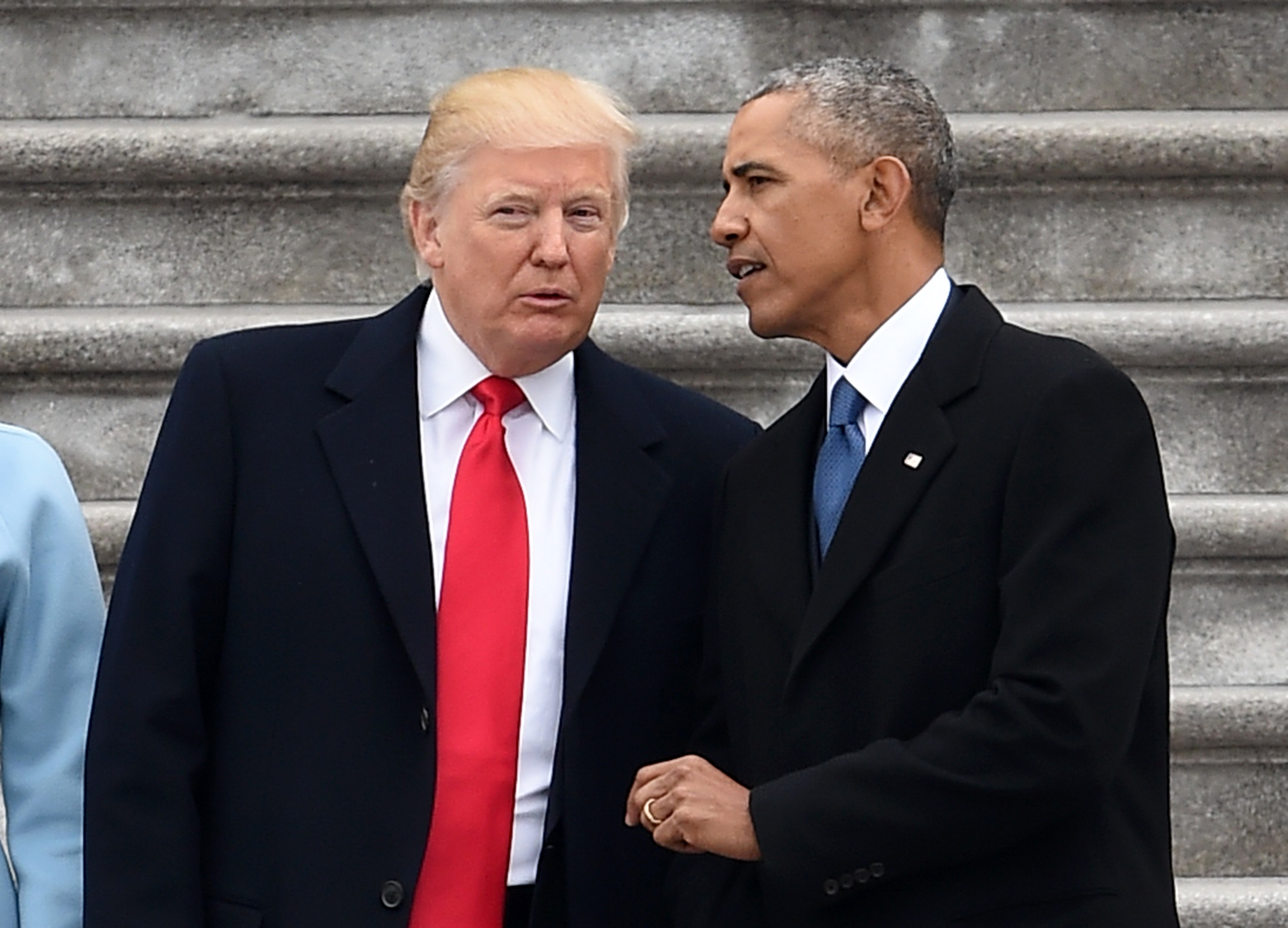 Donald Trump y Barack Obama hablan después de la ceremonia de posesión en Washington. (Crédito: ROBYN BECK/AFP/Getty Images)