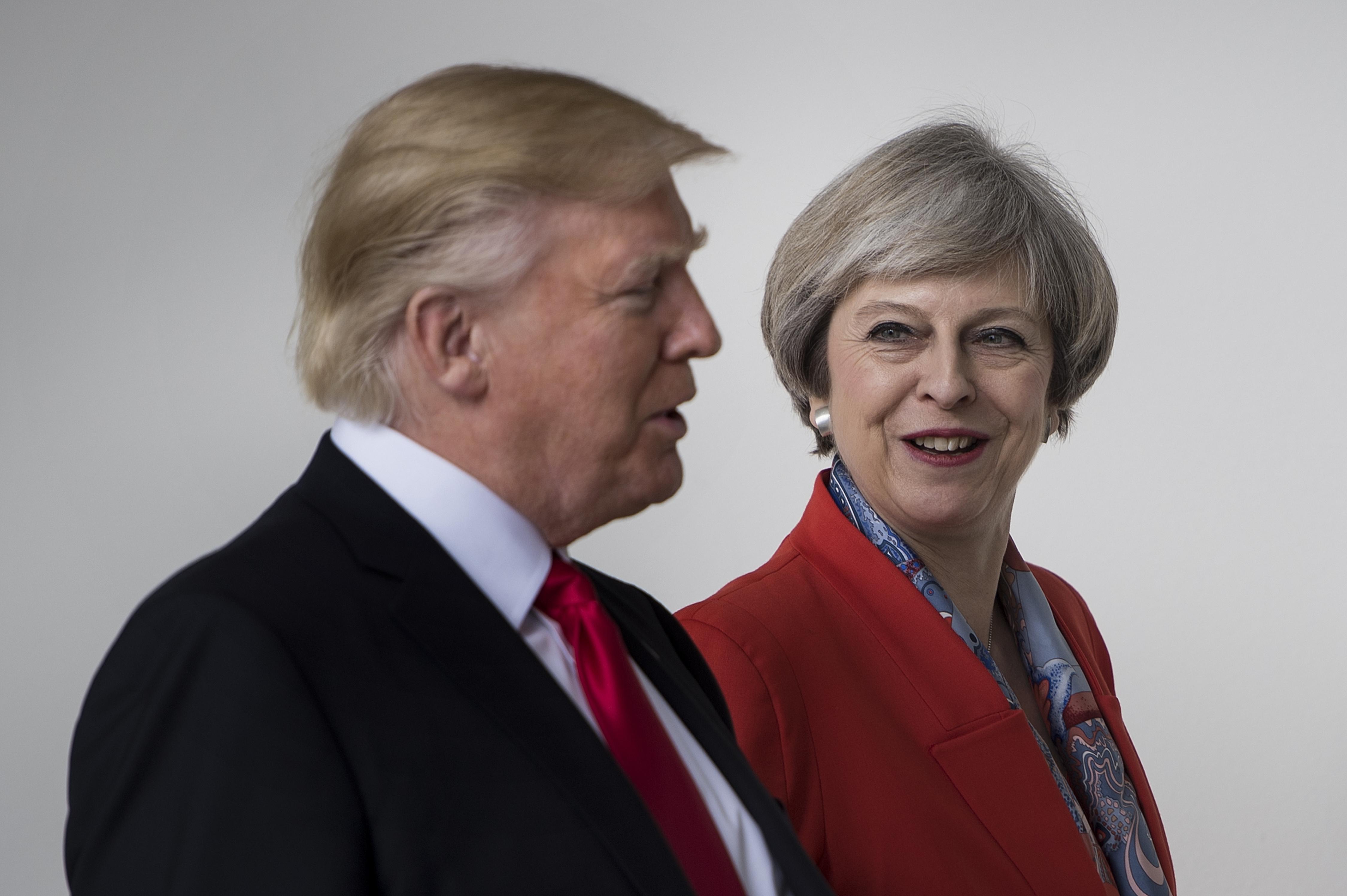 Donald Trump y Theresa May hablan en la Casa Blanca durante su reunión de este viernes. (Crédito: BRENDAN SMIALOWSKI/AFP/Getty Images)