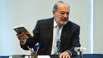 Mexican tycoon Carlos Slim speaks during a press conference at the Grupo Carso headquarters in Mexico City on January 27, 2017. / AFP / ALFREDO ESTRELLA (Photo credit should read ALFREDO ESTRELLA/AFP/Getty Images)