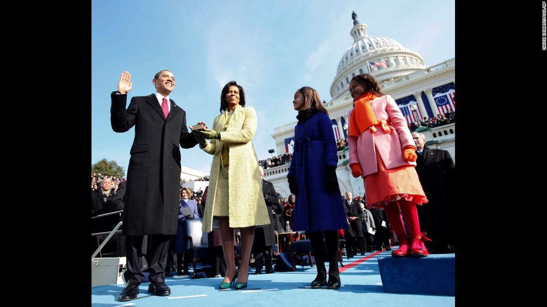 Barack Obama se posesionó como el presidente número 44 de Estados Unidos en 2009. En la imagen, su esposa Michelle sostiene la Biblia mientras él presta juramento al cargo. Los acompañan sus hijas, Malia y Sasha. Se calcula que 1,5 millones de personas asistieron a la investidura, en la que Obama se convirtió en el primer presidente afroamericano de la nación.