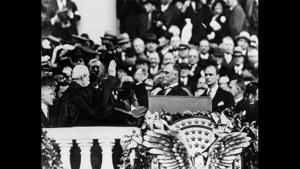 Franklin D. Roosevetl hizo el juramento de su primer periodo en 1933. Ganó cuatro elecciones presidenciales y estuvo en la Casa Blanca hasta su muerte, en 1945. La enmienda 22, ratificada en 1951, se encargó de que él fuera el último presidente de Estados Unidos en gobernar por más de dos periodos.