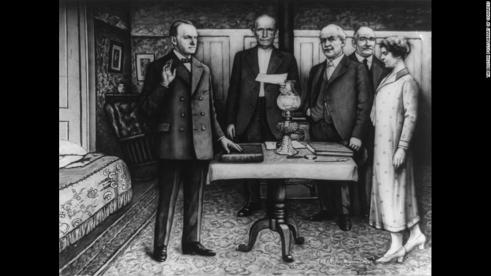 Calvin Coolidge tomó el juramento al cargo en Plymouth, Vermont, en agosto de 1923. El presidente Warren G. Harding acababa de morir y Coolidge fungía como vicepresidente. Su padre, John, ofició el juramente pues era un notario público.