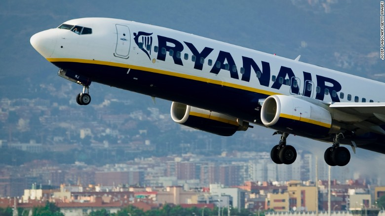 Cuando una maleta chequeada que viaja en la bodega del avión excede el peso permitido, Ryanair cobra un recargo adicional por cada kilo.