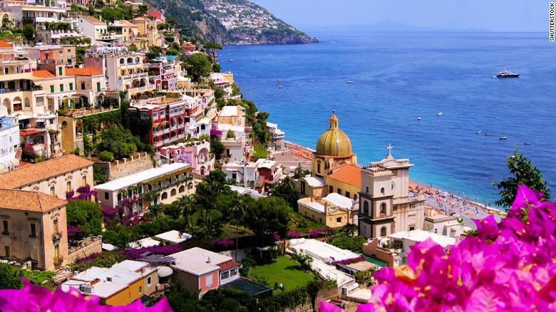 Para viajar por una de las carreteras más hermosas del mundo solo se necesitan 75 minutos. Todo viajero debería recorrer, al menos una vez, la carretera de la costa Amalfitana, en Italia.