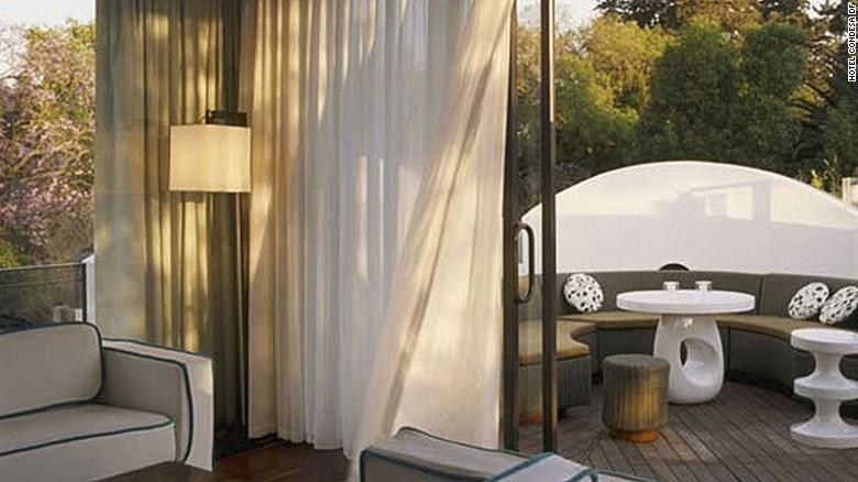 Si el patio del Hotel Condesa DF, en Ciudad de México, es muy tranquilo, puedes subir al bar que está en la terraza.