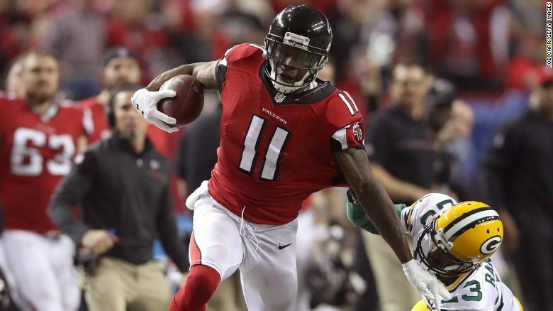 Julio Jones pica en velocidad para anotar tras dejar atrás la marrca de un jugador de los Packers de Green Bay en el juego de la final de la NFC en Atlanta.