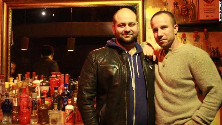 Bill Isler y David Putney son los cofundadores de Capital Spirits, el primer bar temático de baijiu. Está ubicado en Beijing.