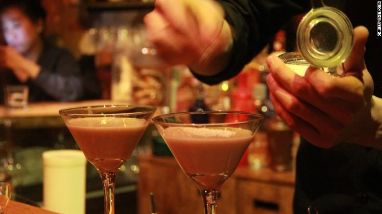 Un barman en Capital Spirits prepara un coctel a base de baijiu llamado 'Moutai Coco Cream'.