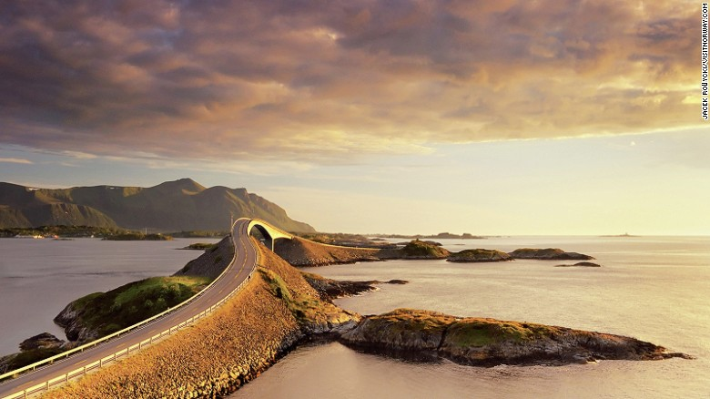 Recorrer la carretera Atlántica, de Noruega, es uno de los mejores viajes por carretera que existen por los puentes que se retuercen y los animales que se pueden ver mientras recorre la costa de ese país. Tiene 8 kilómetros y se recorre en media hora.
