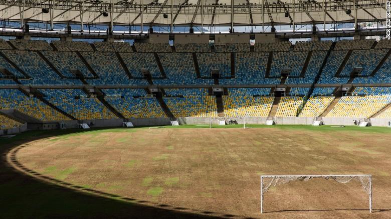 El lamentable estado del campo de juego del Maracanã.