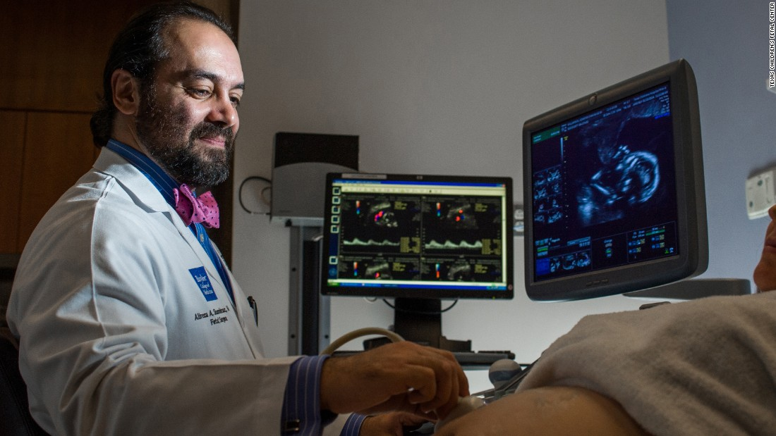 El doctor Alireza Abdollah Shamshirsaz es un especialista en medicina maternal fetal.