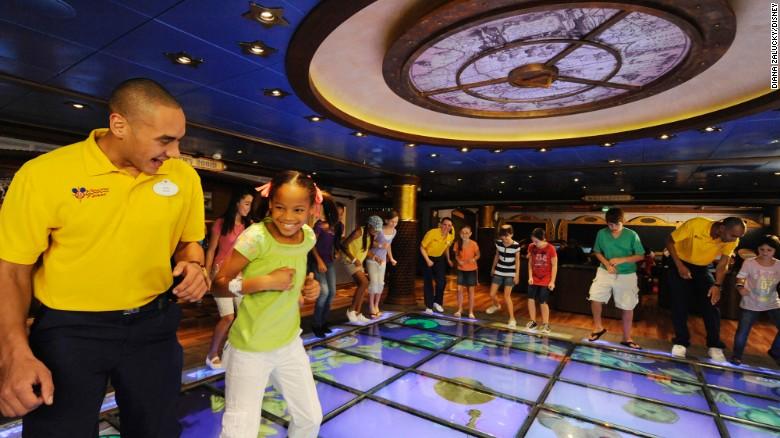 El barco 'Disney's Oceaneer Club and Lab' ofrece un piso mágico para que los niños jueguen