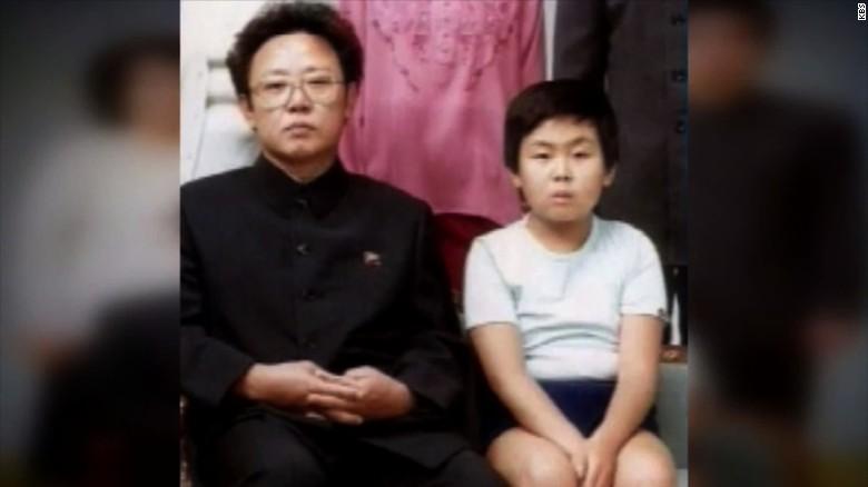 Kim Jong-nam (d) con su padre, el exlíder norcoreano Kim Jong-il (i), según KBS, afiliada a CNN.