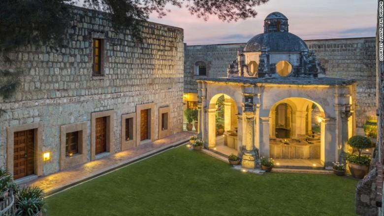 El Hotel Quinta Real Oaxaca era antes el Convento de Santa Catalina y fue construido hace casi 450 años. Es perfecto para los viajeros más exigentes, amantes de lo clásico.