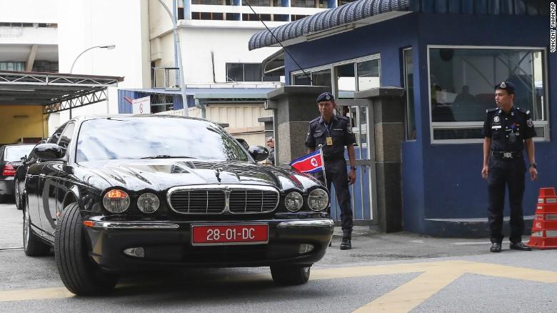 El carro del embajador de Corea del Norte en Malasia deja este miércoles las instalaciones de Medicina Legal en Kuala Lumpur.